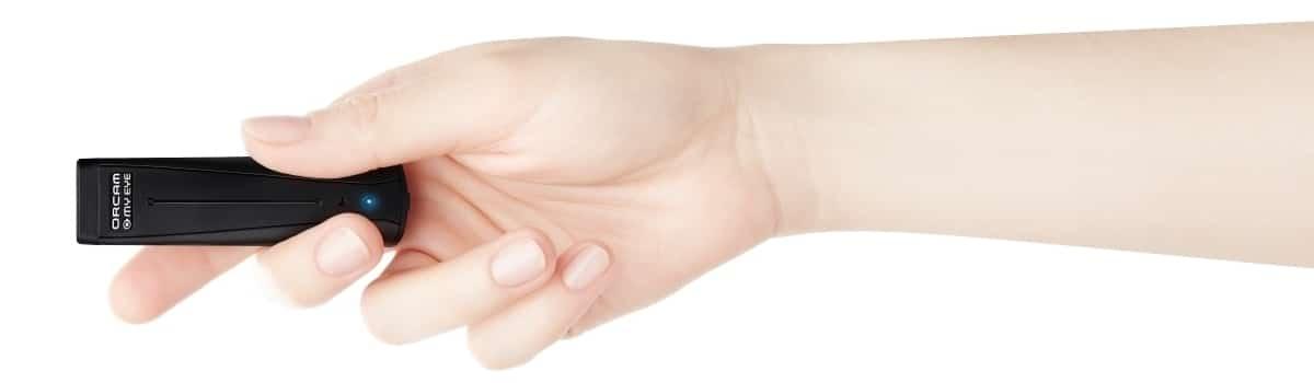 OrCam MyEye mit Hand
