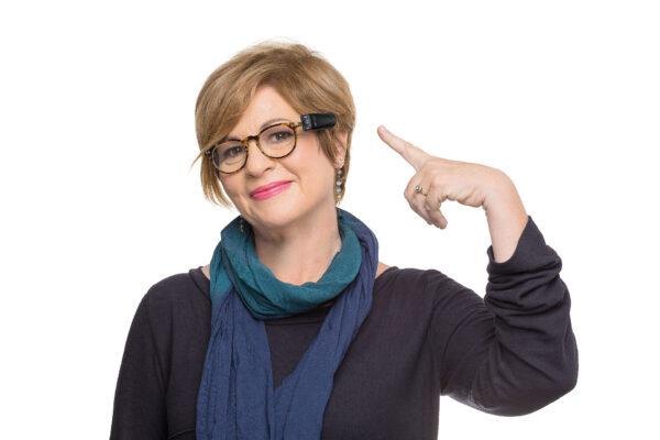 OrCam Frau zeigt Anbringung an Brille