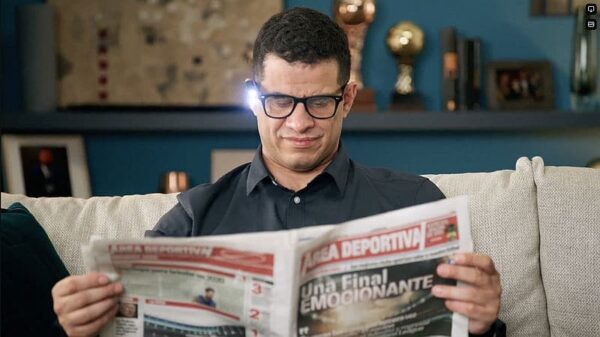 OrCam Mann liest Zeitung