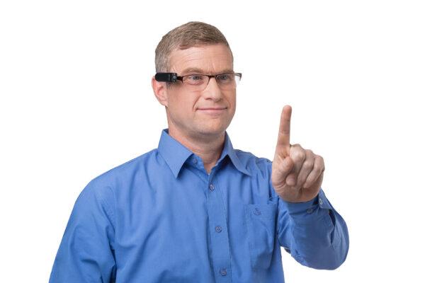 OrCam Mann steuert OrCam per Fingerzeig